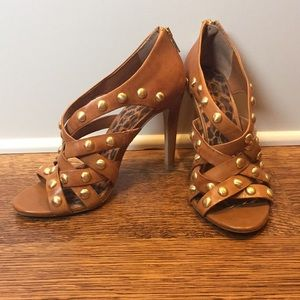 Tan stappy heel with gold detail!